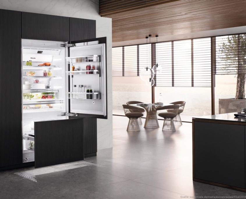 Kühlschrank in moderner Wohnung