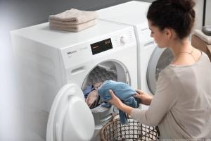 Wäschetrockner bei der Wäscheentnahme